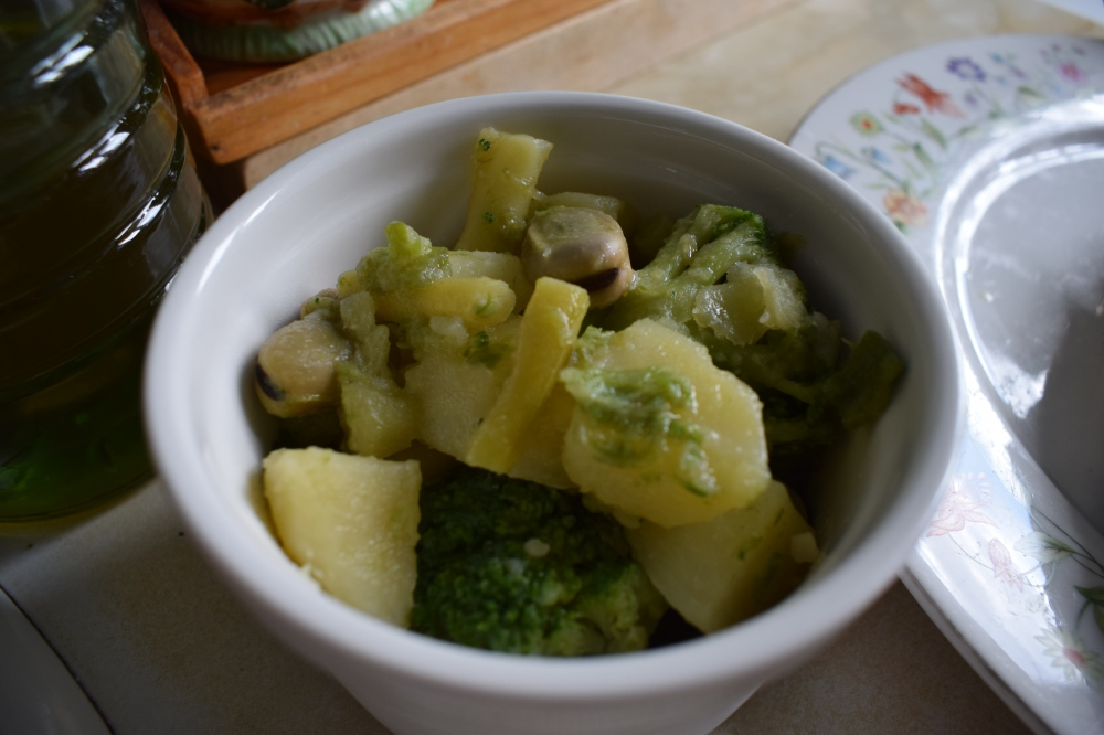 Steamed broccoli, broad beans, green beans & potatoes_2